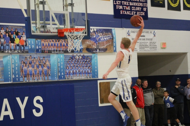 Wyatt Hanson dunk (Photo by Ian Grande)